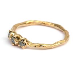 Twiggy ring met drie natural light green diamanten