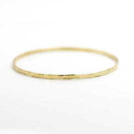 Gehamerde geelgouden armband 2,3 mm breed