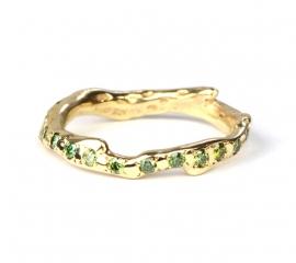 Koraalring met groene diamantjes rondom
