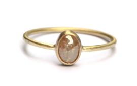 Fijne ring met ovale oranjebruine diamant