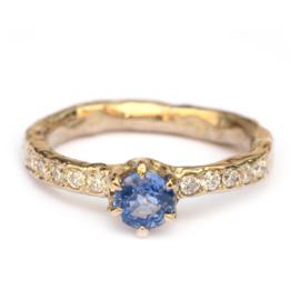 Champagnegouden ring met saffier en diamant