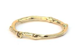 Fijne twig ring met olive green diamant