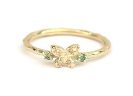 Fijne ring met vlindertje en groene diamantjes