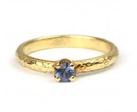Ring met bloemenpatroon en lichtblauwe saffier