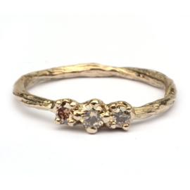Grillige twig ring met drie bruine diamanten