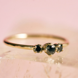 Ring met drie zwarte diamanten