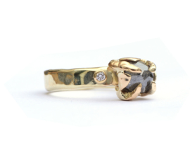 Grillige ring met donkere diamant