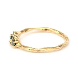 Twiggy ring met drie groene diamanten