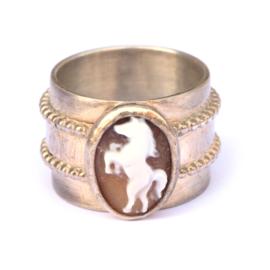 Brede ring met paardencamee