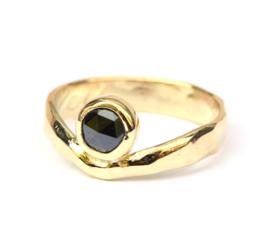Ring met zwarte diamant gemaakt van erfstuk