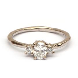 Klassieke witgouden ring met drie diamanten