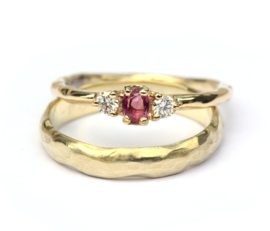 Trouwringenset met robijn en diamant