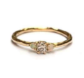 Ring met diamant en opaal