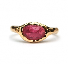 Ring with bright pink sapphire