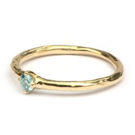 Ring met ijsblauwe diamant