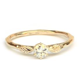 Ring met twee blaadjes en diamant