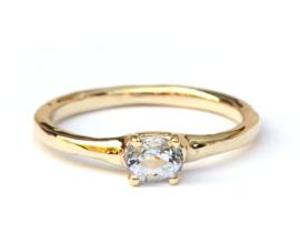 Ring met ovale lichtblauwe saffier