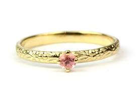 Verlovingsring met roze saffier en bloemetjesmotief