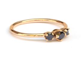 Roségouden ring met drie zwarte diamanten