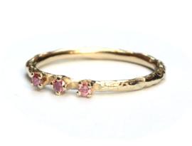 Fijne ring met framboise diamantjes