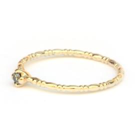 Noa ring in geelgoud met een lichtgroene diamant