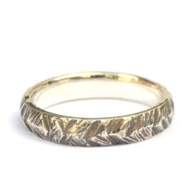 Zilveren ring met v-motief