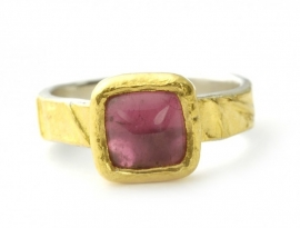 Ring coated with gold and rose tourmaline