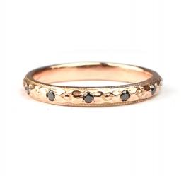 Rosegouden ring met zwarte diamantjes