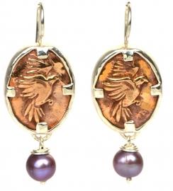 Oorhangers met bronzen vogels en parels