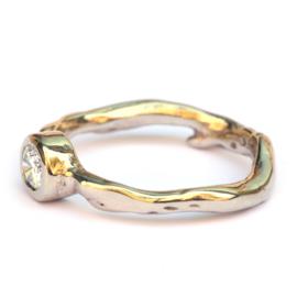 Witgouden koraalring met diamant