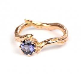 Ring met paarsblauwe spinel