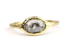 Ring met ovale salt & pepper diamond