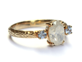 Verlovingsring met opaaldiamant en ice blue saffieren