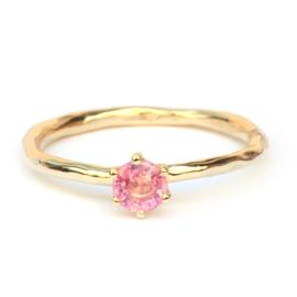 Ring met roze saffier