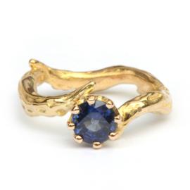 Koraalring met blauwe saffier