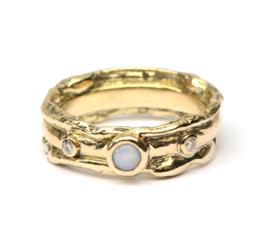 Trouwring met opaal en diamant