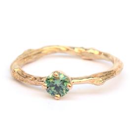 Twig ring met groene diamant