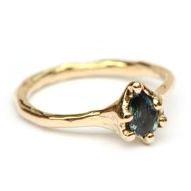 Ring met color change saffier