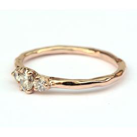Roodgouden ring met drie diamanten