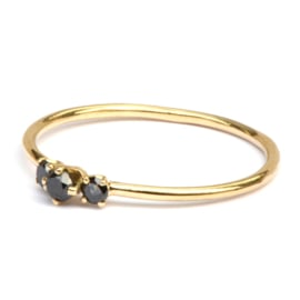 Fijne ring met drie zwarte diamantjes