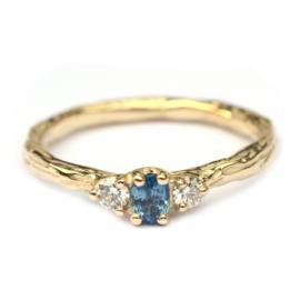 Twig ring met blauwe saffier en diamant
