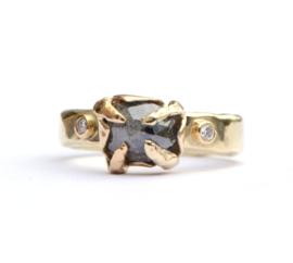 Grillige ring met donkere diamant