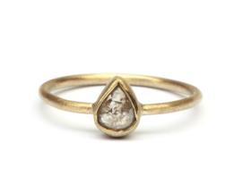 Fijne ring met druppeldiamant