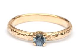 Romantische ring met blauwe spinel