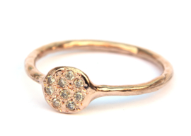 Roodgouden zegelring met verstrooide diamantjes