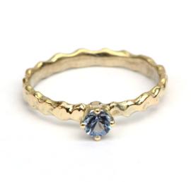 Ring met blauwe spinel