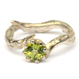 Branches ring with peridot