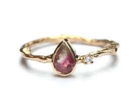 Ring met druppelvormige toermalijn en diamant
