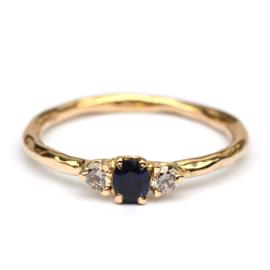 Ring met ovale donkere saffier en bruine diamanten
