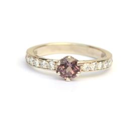 Ring met paarse saffier en diamanten